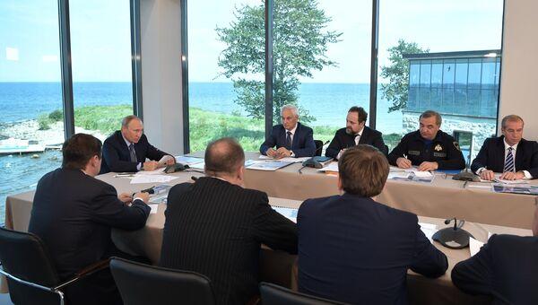 Президент РФ Владимир Путин проводит совещание по вопросам экологического развития Байкальской природной территории в поселке Танхой. 4 августа 2017