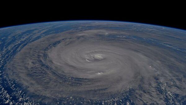 Супертайфун Нору над Тихим океаном. Архивное фото