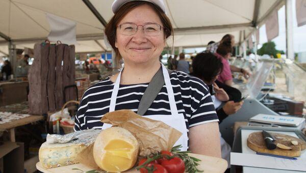 Участница на фестивале фермеров – сыроваров в Московской области.