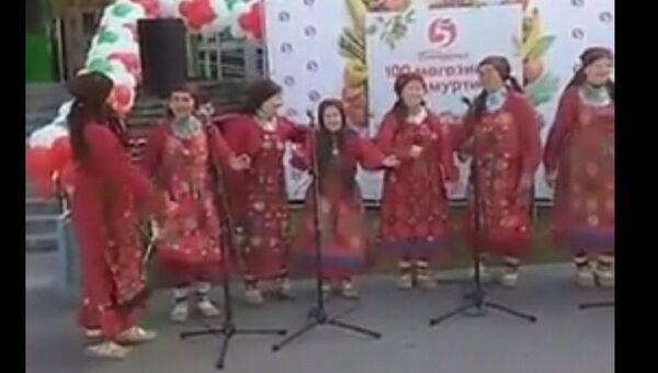 Падение колонки на участницу коллектива Бурановские бабушки. Скриншот с видео