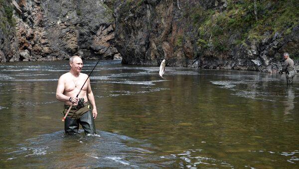 Президент РФ Владимир Путин во время рыбалки на каскаде горных озер в Республике Тыва
