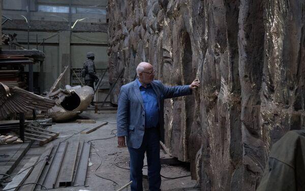 Председатель Совета при президенте РФ по развитию гражданского общества и правам человека Михаил Федотов возле монумента Стена скорби