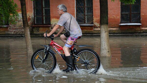 Мужчина на затопленной улице Уссурийска. Архивное фото