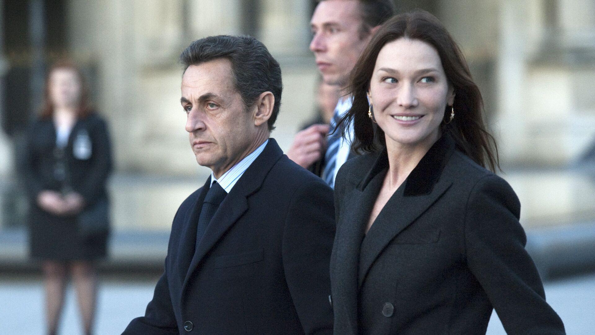 Президент Франции Николя Саркози с супругой Карлой Бруни-Саркози у Лувра на улице Парижа. 2 марта 2010 - РИА Новости, 1920, 01.03.2021