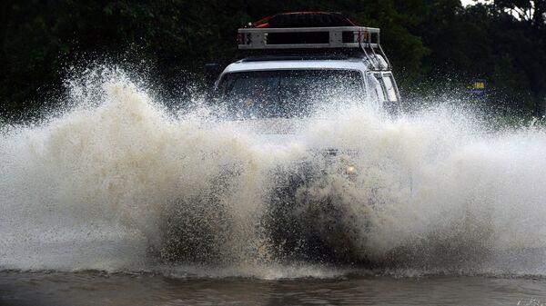 Автомобиль на затопленной улице