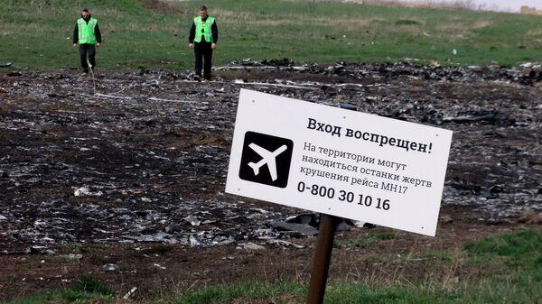 Эксперты из Нидерландов на месте крушения малайзийского самолета Boeing, выполнявшего рейс MH17 Амстердам — Куала-Лумпур. Архивное фото