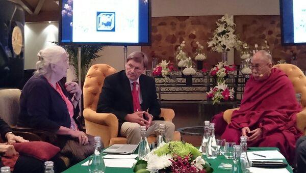 Далай-лама XIV и российские ученые на конференции в Дели (Справа налево: Далай-лама, Константин Анохин, Татьяна Черниговская).
