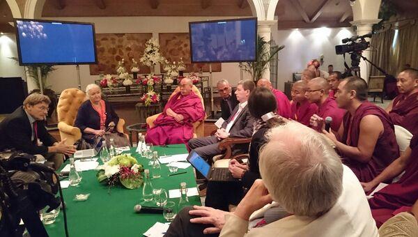 Далай-лама XIV и российские ученые на конференции в Дели