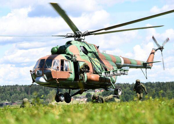 Военнослужащие спецназа Росгвардии во время учений по беспарашютному десантированию на полигоне в Московской области. Вертолет Ми-8