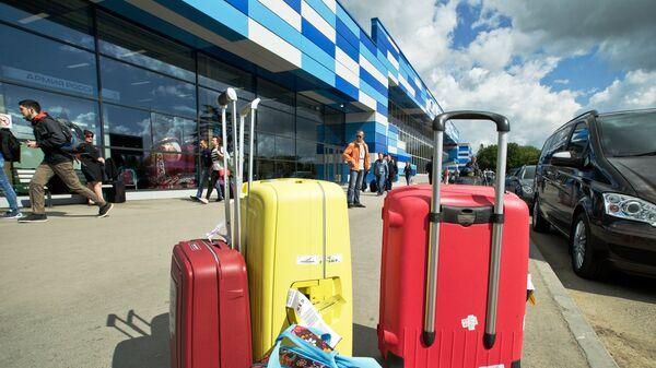 Чемоданы у здания аэропорта