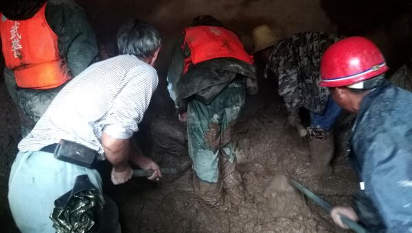 Спасатели на месте схода селя в провинции Сычуань в Китае. 8 августа 2017