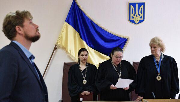 Судьи и адвокат Валентин Рыбин на заседании Дарницкого районного суда Киева, где рассматривается дело российского военнослужащего Максима Одинцова. 8 августа 2017