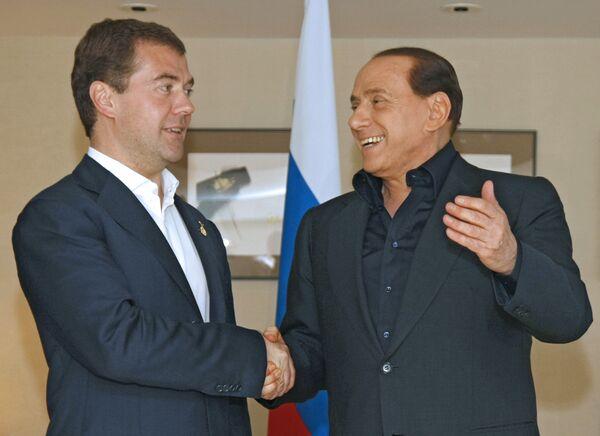 Президент России Дмитрий Медведев и премьер-министр Италии Сильвио Берлускони (слева направо) во время встречи в рамках саммита группы восьми в отеле Виндзор на острове Хоккайдо