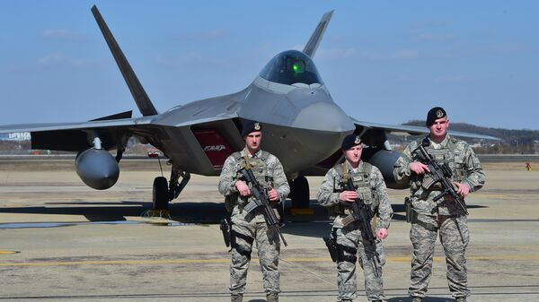 Американские военнослужащие возле истребителя F-22, Южная Корея. Архивное фото