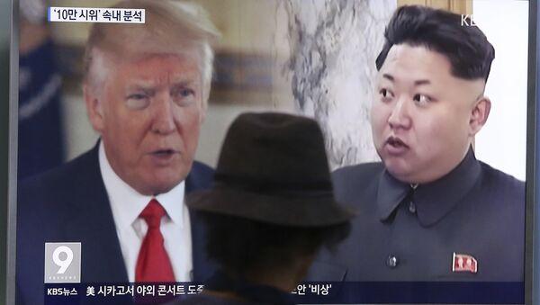 Президент США Дональд Трамп и лидер Северной Кореи Ким Чен Унь на экране телевизора. Архивное фото