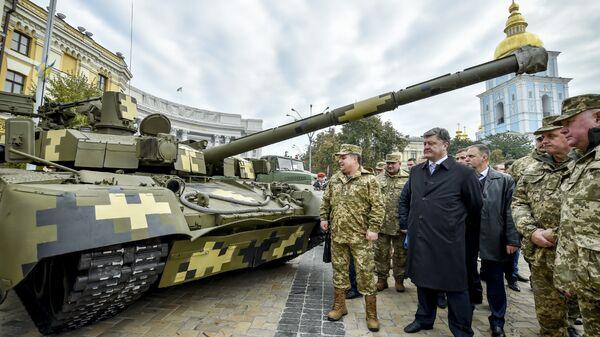 Президент Украины Петр Порошенко и министр обороны Степан Полторак смотрят на танк Оплот во время открытия выставки Сила непобедимого в Киеве