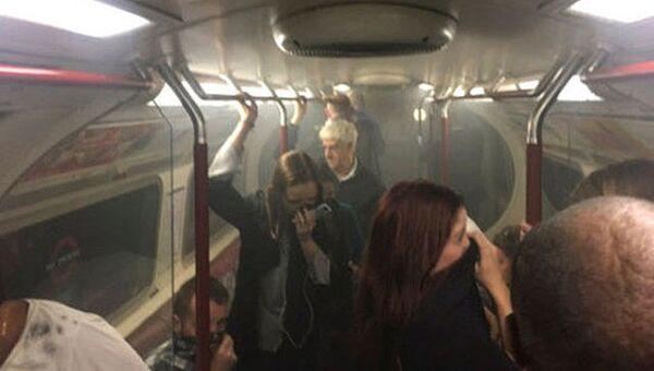Задымление в вагоне метро на станции Оксфорд-серкс в Лондоне, Великобритания. 11 августа 2017