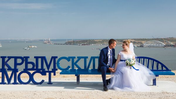 Скамейка с официальным логотипом Крымского моста в Керчи