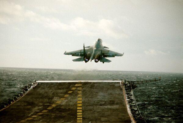 Истребитель  взлетает с палубы авианосца Адмирал Кузнецов