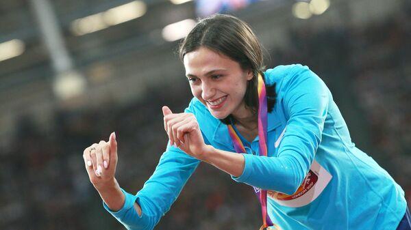 Мария Ласицкене, завоевавшая золотую медаль в прыжках в высотуна чемпионате мира 2017 по легкой атлетике в Лондоне, на церемонии награждения