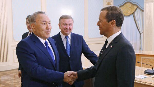 Председатель правительства РФ Дмитрий Медведев на встрече участников заседания Евразийского межправительственного совета с президентом Казахстана Нурсултаном Назарбаевым. 14 августа 2017