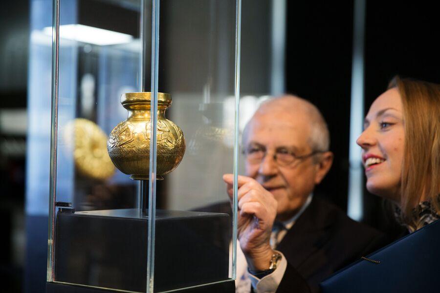 Cосуд с изображениями скифов из кургана Куль-Оба (IV в. до н. э.) на выставке трех золотых скифских предметов работы древнегреческих мастеров из коллекции Государственного Эрмитажа