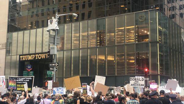 Толпа протестующих против политики Дональда Трампа у небоскреба Trump Tower