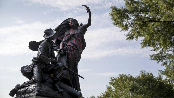 Монумент в парке Атланты, посвященный окончанию Гражданской войны облитый краской. 14 августа 2017