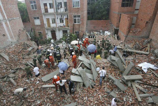 Поиск людей под завалами после землетрясения в Китае