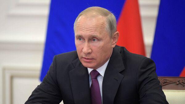Президент РФ Владимир Путин проводит совещание по вопросам развития транспортной инфраструктуры Северо-Запада России. 16 августа 2017