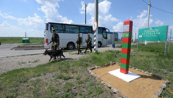 Пограничник с собакой  на границе с Казахстаном. Архивное фото