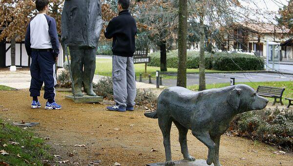 Памятник бывшему президенту Франсуа Миттерану и его лабрадору. Архивное фото