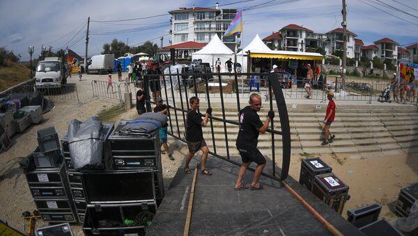 Рабочие готовят сцену во время подготовки к 15-му международному музыкальному фестивалю Koktebel Jazz Party
