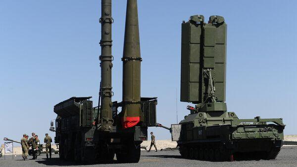 Зенитно-ракетный комплекс С-400 Триумф на выставочной площадке на полигоне Кадамовский