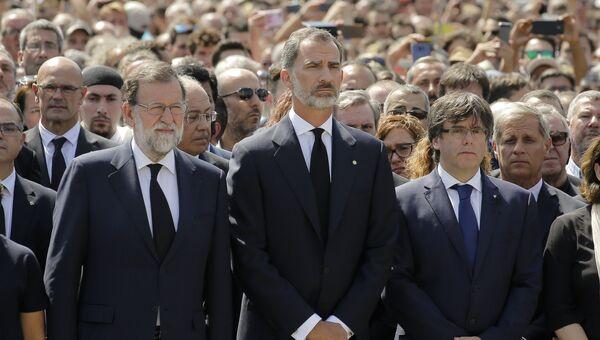 Премьер-министр Мариано Рахой, король Испании Филипп VI и региональный президент Каталонии Карлос Пучдемонт во время минуты молчания о жертвах терактов в Испании. 18 августа 2017