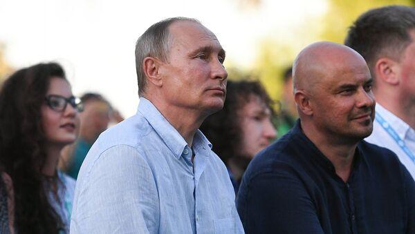 Президент РФ Владимир Путин во время посещения ежегодного Всероссийского молодежного образовательного форума Таврида на Байкальской косе. 20 августа 2017