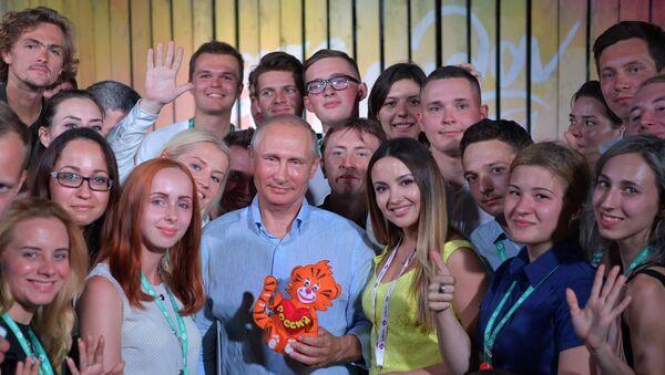 Владимир Путин во время посещения  Всероссийского молодежного образовательного форума Таврида на Байкальской косе. 20 августа 2017