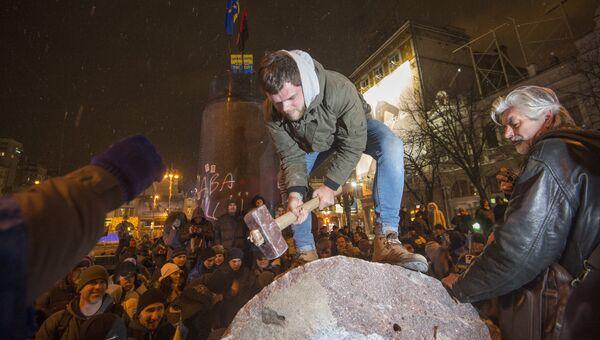 Участники акции в поддержку евроинтеграции Украины раскалывают молотками на куски памятник Ленину в центре Киева