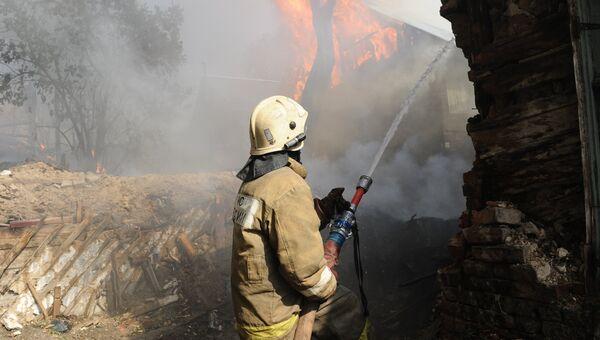 Сотрудник противопожарной службы МЧС России во время ликвидации пожара в Ростове-на-Дону
