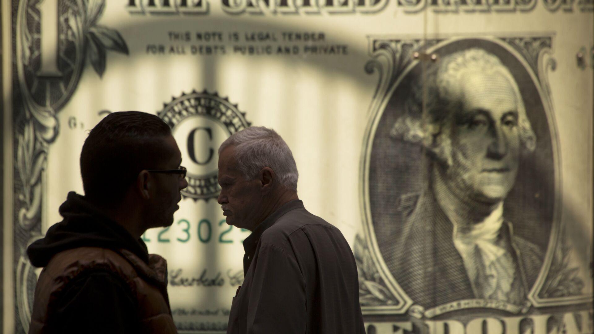 Мужчины возле баннера с изображением американского доллара возле обменного пункта - РИА Новости, 1920, 26.01.2021