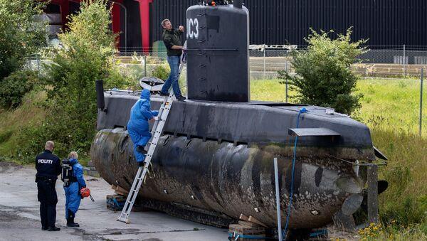 Полицейские обследуют частную подлодку Nautilus в порту Копенгагена. Архивное фото