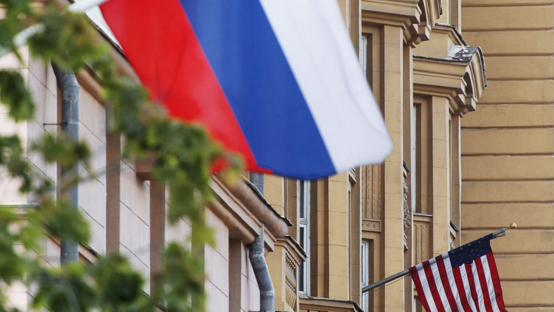 Государственные флаги России и США на здании американского посольства в Москве - РИА Новости, 1920, 01.08.2021