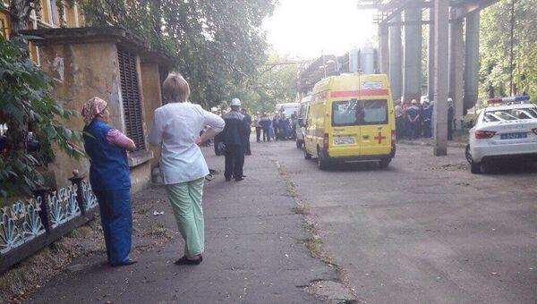 Автомобили скорой помощи и полиции на месте убийства на территории завода ГАЗ в Нижнем Новгороде. 23 августа 2017
