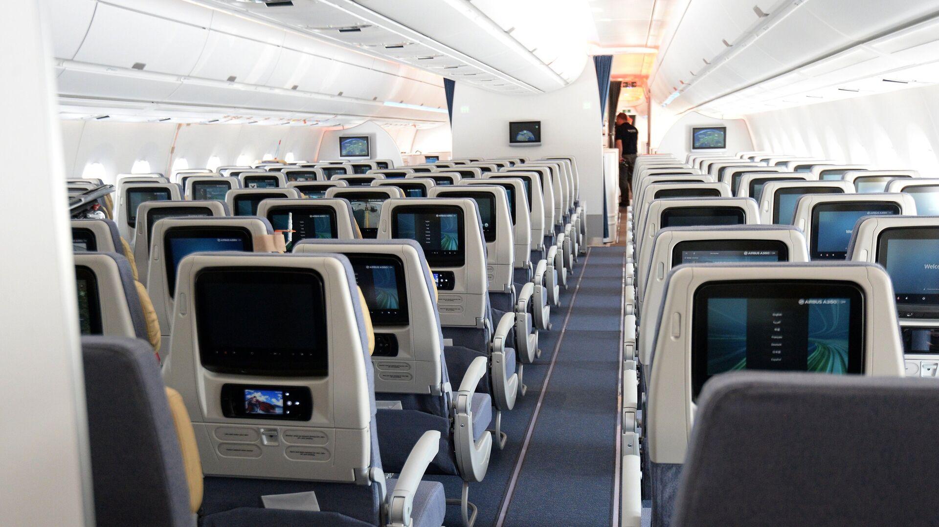 Салон эконом-класса дальнемагистрального пассажирского самолета Airbus A350 XWB в аропорту Шереметьево - РИА Новости, 1920, 11.09.2020