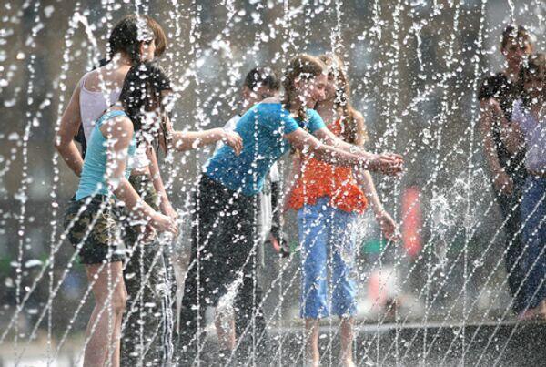 Дети у фонтана в жаркую погоду