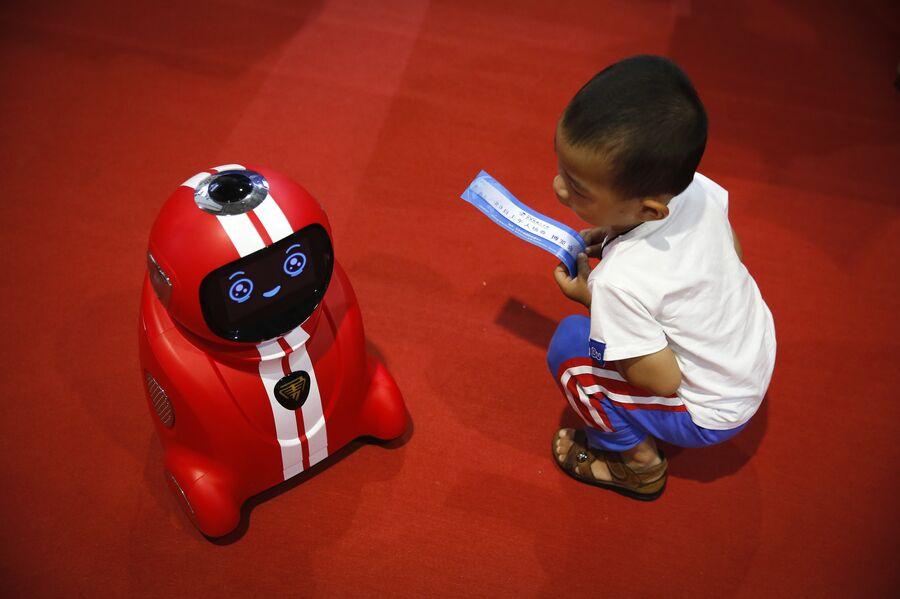 Ребенок на Всемирной конференции роботов в Пекине