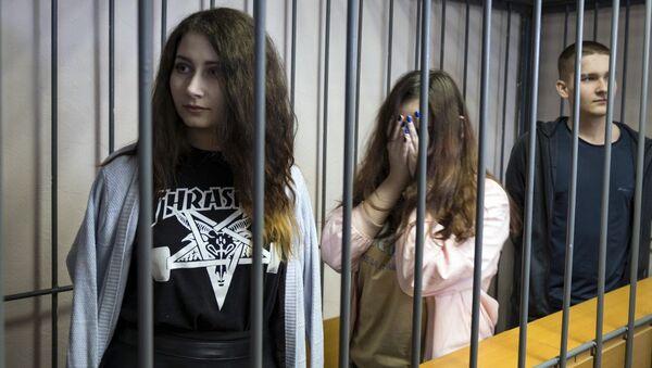 Алина Орлова, Алёна Савченко и Виктор Смышляев во время суда