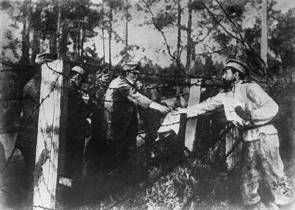 Братание австрийских пленных и русских солдат на Восточном (Русском) фронте. 1917 год