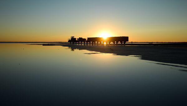 Железнодорожный состав возле соленого озера Бурлинское в Славгородском районе Алтайского края, где ведется промышленная добыча соли. Архивное фото