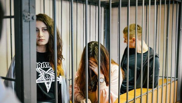 Алёна Савченко, Алина Орлова и Виктор Смышляев во время суда. Архивное фото